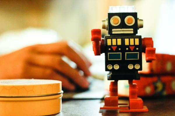 Un giocattolo robot su una scrivania