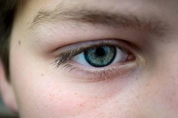 Un occhio dal colore azzurro