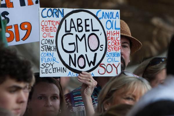 """Striscione che recita """"Etichettare gli OGM"""""""