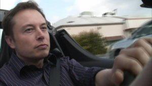 Elon Musk: le auto guidate dall'uomo saranno vietate in futuro