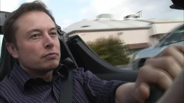 Elon Musk alla guida di un'auto