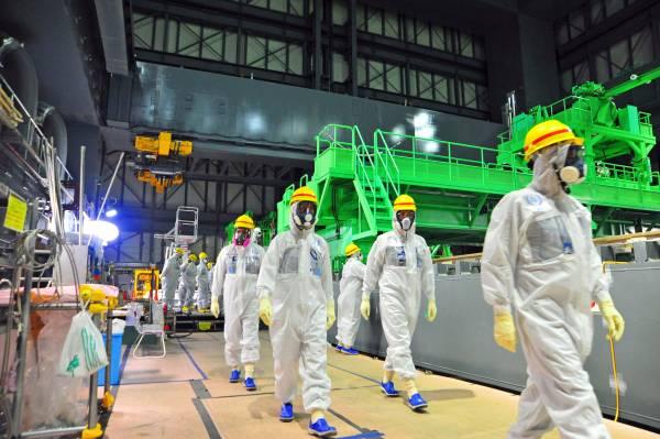Operai al lavoro alla centrale nucleare di Fukushima