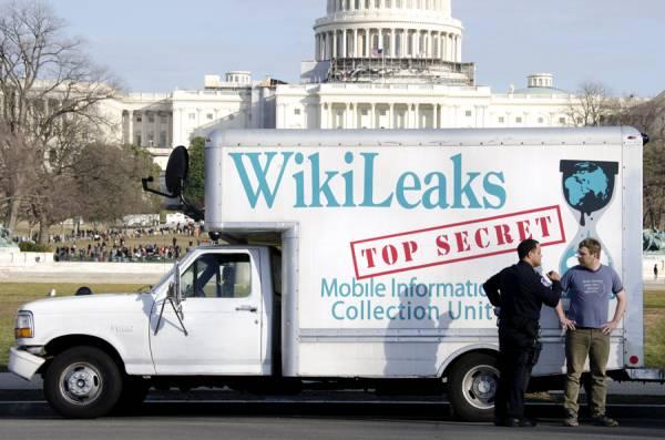 """Un furgoncino con la scritta """"WikiLeaks"""""""