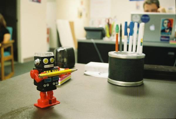 Un giocattolo robot offre una matita
