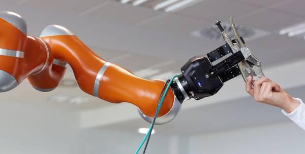 Un braccio robotico incrocia un braccio umani
