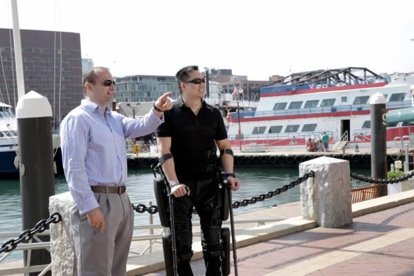 Robert W. con l'esoscheletro ReWalk