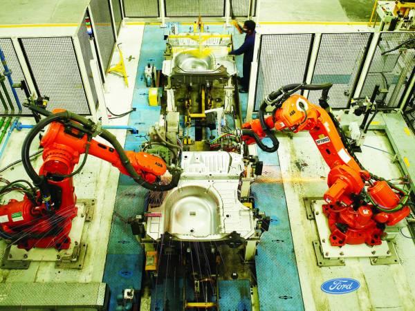 Le braccia robotiche di una fabbrica di automobili