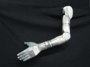 La DARPA ha sviluppato un braccio robotico che restituisce il senso del tatto