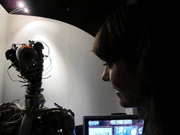 Donna osserva robot
