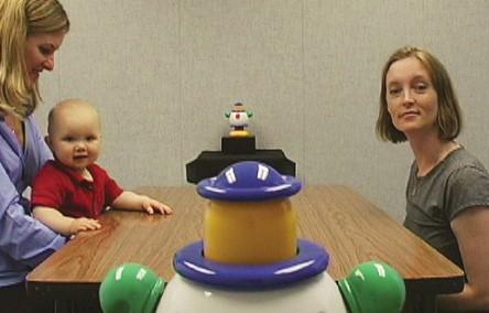 Robot, adulti e bimbi seduti a un tavolo