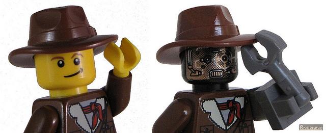 Due omini lego: uno umano, l'altro robot.