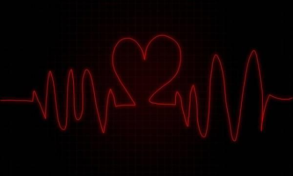 Grafico che mostra una frequenza cardiaca che al centro ha la forma di un cuore