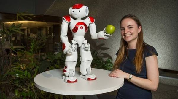 Nicole Robinson con un robot Nao