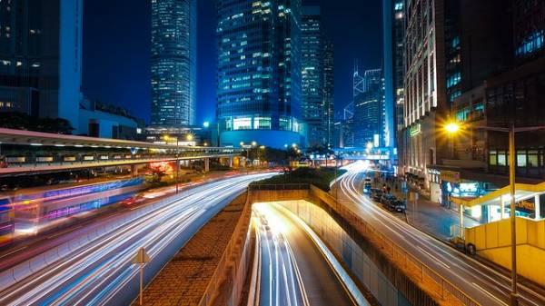 Hong Kong illuminata da luci di edifici, strade e auto.