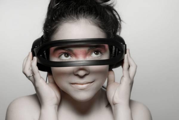 Una donna che indossa dei particolari occhiali tecnologici