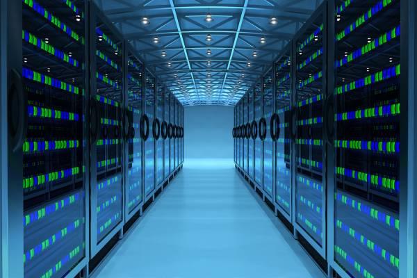 Una stanza occupata da 2 lunghe file di server