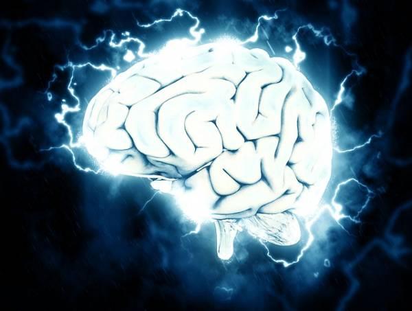 Un cervello attorniato da flussi di energia