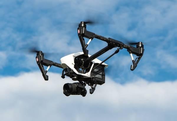 Un drone dotato di videocamera