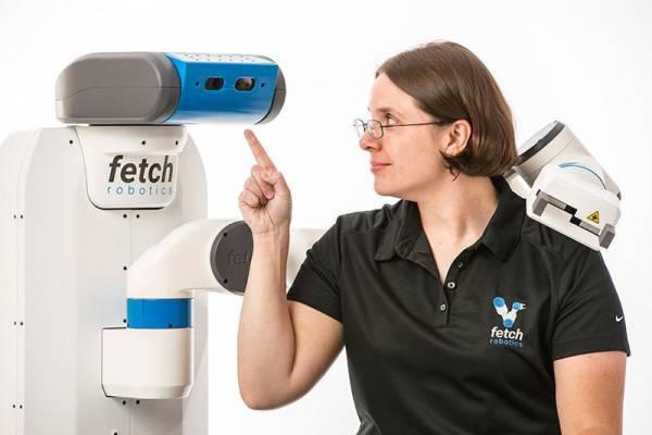 Melonee Wise al fianco di uno dei robot della Fetch Robotics
