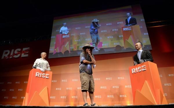 Ben Goertzel tra i 2 androidi Han e Sophia sul palco della conferenza RISE