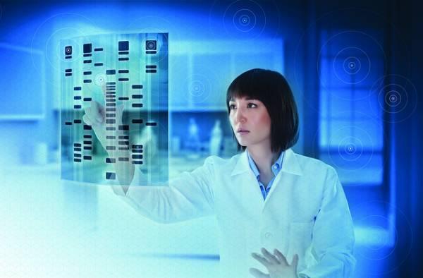 Un medico donna interagisce tattilmente con interfaccia olografica