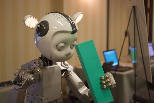 Il robot iCub afferra un oggetto