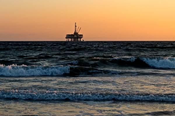Una piattaforma petrolifera situata in mezzo al mare vista in lontananza