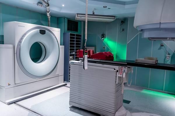 Una sala d'ospedale piena di dispositivi medici tecnologici.
