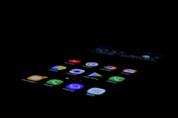 Uno smartphone nell'oscurità con schermo illuminato