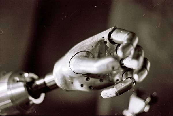 La mano di un robot