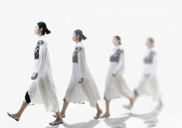 La camminata di una donna